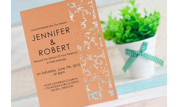 Einladungskarte zur Hochzeit mit Lasercut Blütenverzierung