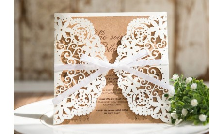 Hochzeitseinladungen Vintage mit edlem Lasercut Spitze und Kraftpapier