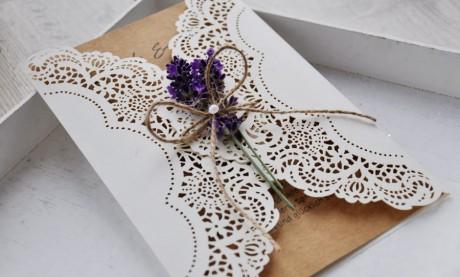 Einladungskarten-Hochzeit-Lasercut-Kraftpapier-Lavendel