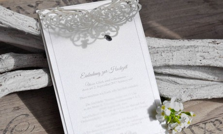 Edle Einladungskarten Hochzeit rosa Spitze Lasercut Strassstein