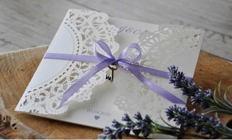 Einladungskarten Hochzeit Spitze Vintage Lasercut lavendel