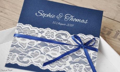 Vintage Einladungskarten Hochzeit blau mit Spitze weiß