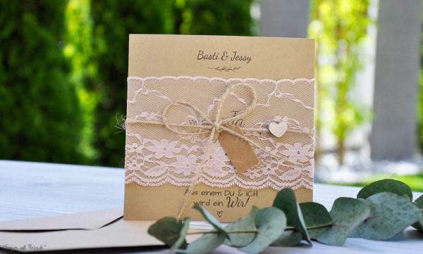 Rustikale Vintage Hochzeitseinladung aus Kraftpapier mit edler rosa Spitze