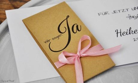 Vintage Einladungskarten Hochzeit Kraftpapier Banderole Spitze weiß rosa diy