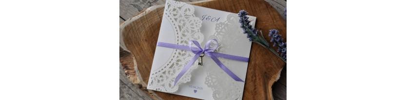 Einladungskarten Hochzeit Lasercut Spitze weiß Vintage diy flieder Schleife