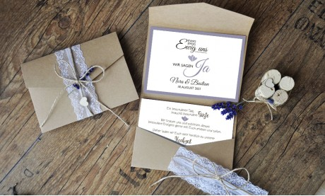 Hochzeitseinladungen Pocketfold Kraftpapier Spitze Vintage diy lavendel