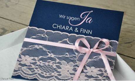 Einladungskarten Hochzeit dunkelblau rosa Spitze